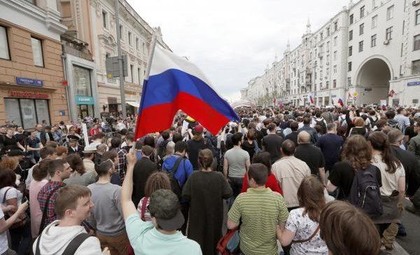 Rebel leader Navalny, hundreds arrested in Russia Day protests