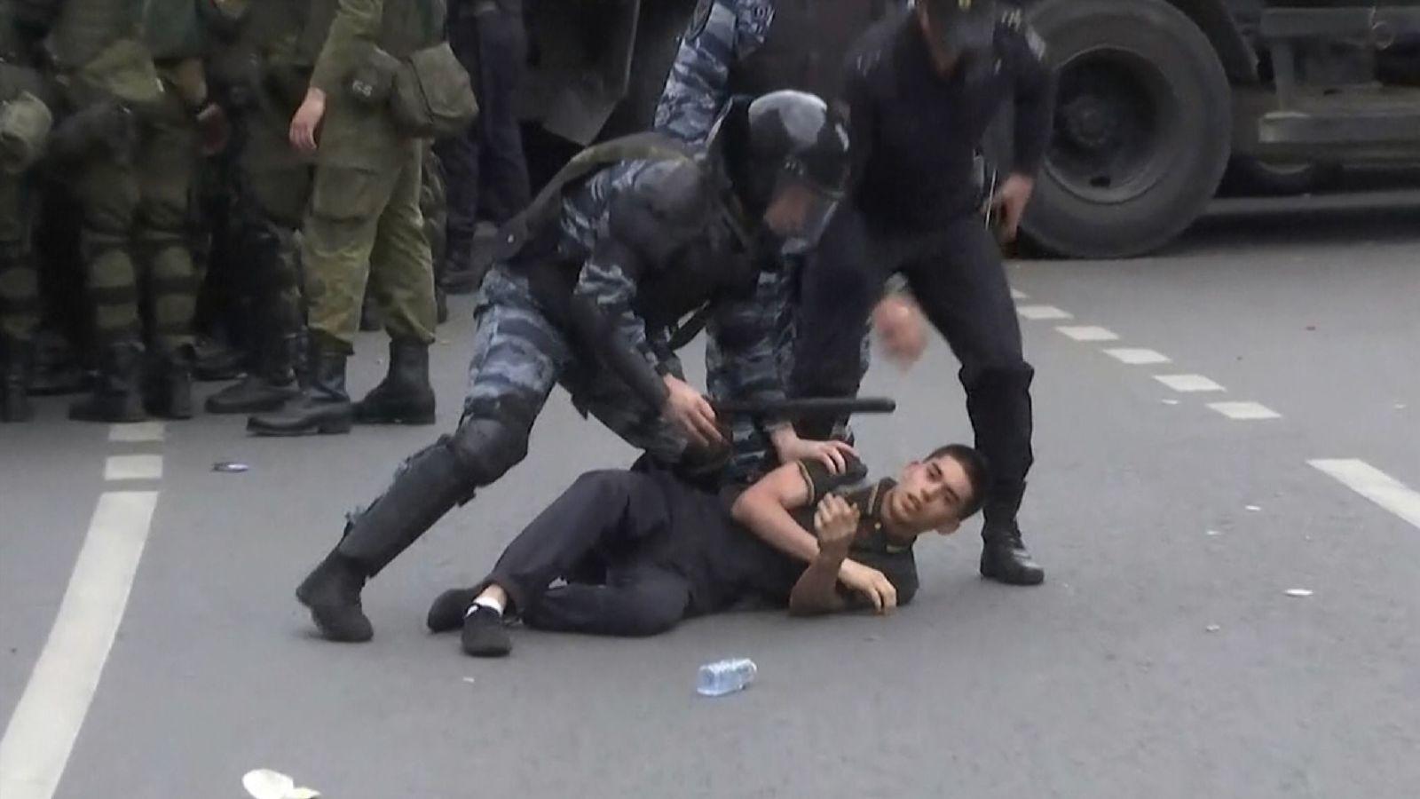 Putin critic held over anti-Kremlin protests