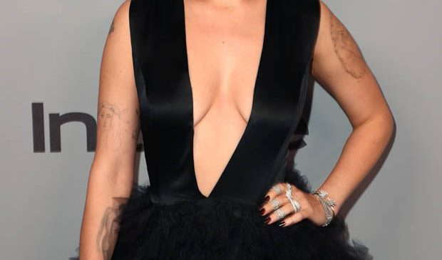 Bruce Willis's daughter unleashes Golden Globes in never-ending neckline