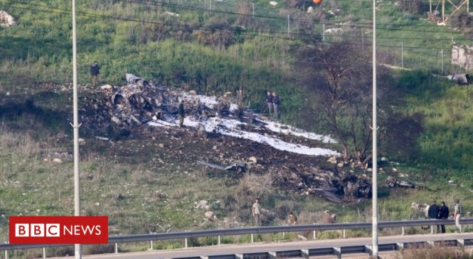 Syria war: Israeli fighter jet crashes under Syria fire, military says
