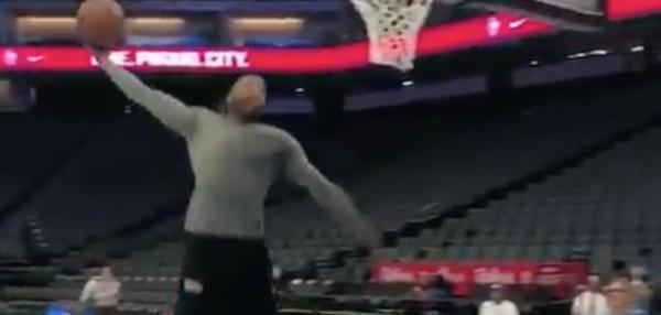 Kings' Vince Carter puts on pregame dunk show
