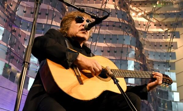Jose Feliciano donates guitar to museum, performs at naturalization ceremony