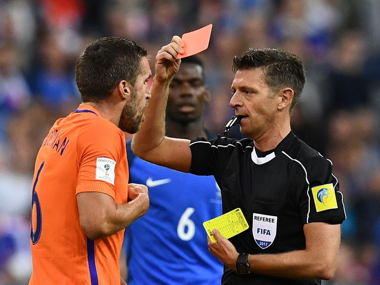 Referee Gianluca Rocchi (R) gives a red card to Netherlands' midfielder Kevin Strootman during the 2018 FIFA World Cup qualifying football match France vs Netherlands at the Stade de France in Saint-Denis, north of Paris, on August 31, 2017. / AFP PHOTO / FRANCK FIFE (Photo credit should read FRANCK FIFE/AFP/Getty Images)