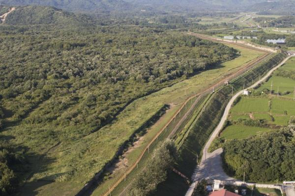 North, South begin clearing away landmines along Korean border