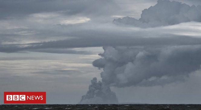 Anak Krakatau: Indonesian volcano's dramatic collapse