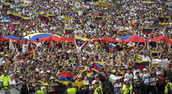 Venezuela crisis: Deadly border clashes as Maduro blocks aid