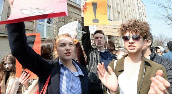 Poland's striking teachers warn high-school exams threatened