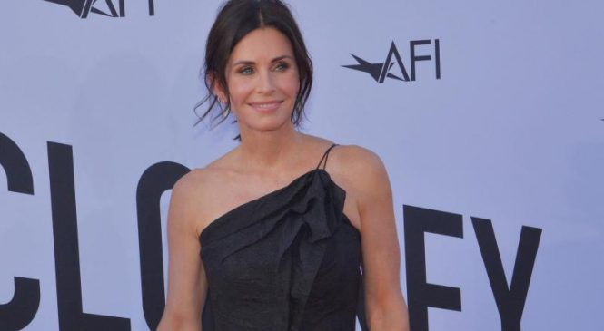 'Friends' star Courteney Cox will shoot a horror comedy pilot for Starz