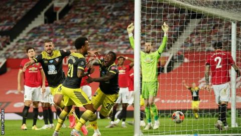 Manchester United 2-2 Southampton: Late equaliser sets back hosts' top-four hopes