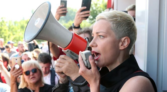 Belarus protests: Kolesnikova 'resists expulsion' on Ukraine border