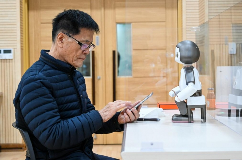 Robots help seniors learn to use technology in South Korea