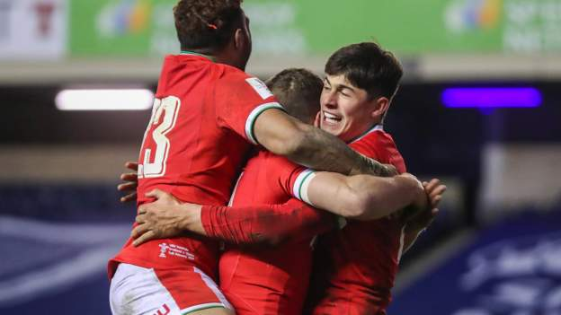 Scotland 24-25 Wales: Visitors roar to narrow victory at Murrayfield