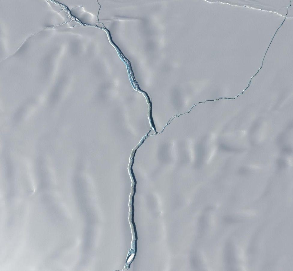 Brunt Ice Shelf: Big iceberg calves near UK Antarctic base