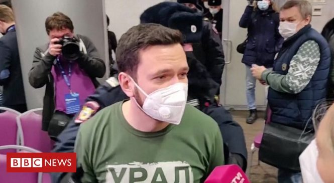 Russia opposition: Moscow police raid election forum
