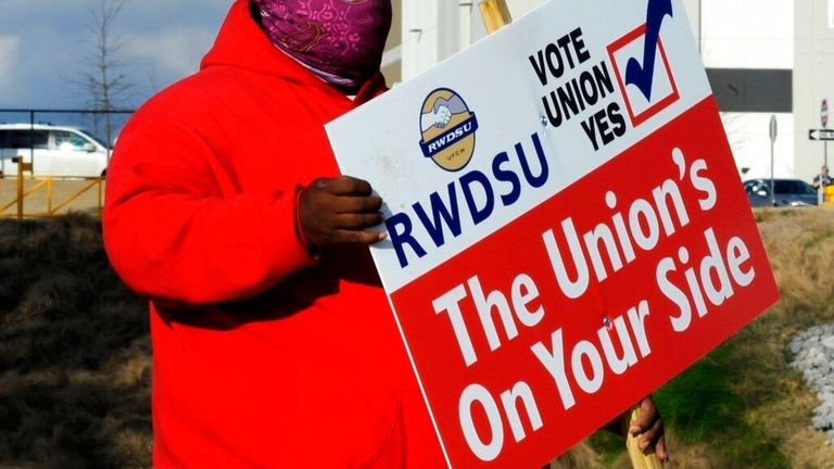 Amazon wins vote preventing Alabama warehouse workers from unionising