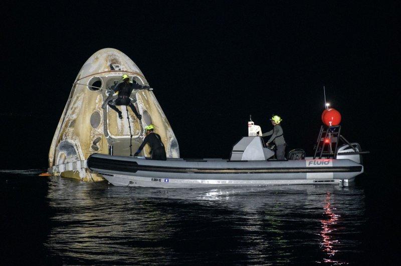 Astronauts splash down in Gulf of Mexico off Florida